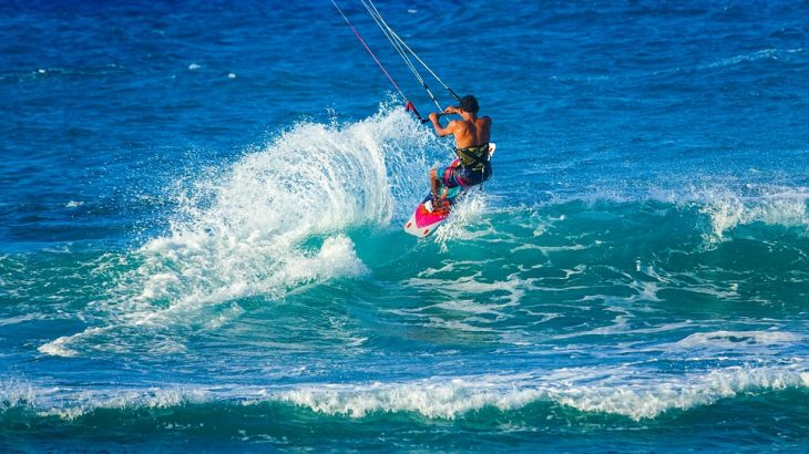 male-windsurfing-aruba