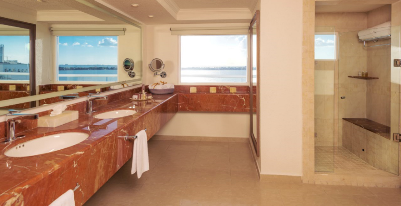 bathroom-panama-jack-resorts-cancun