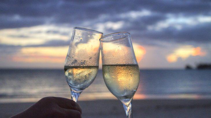 champagne-clinking-beach