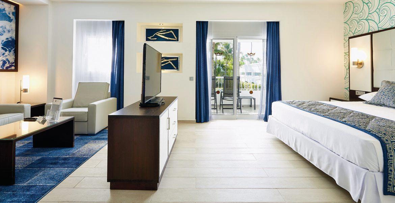 hotel-riu-bambu-suite-bed-tv