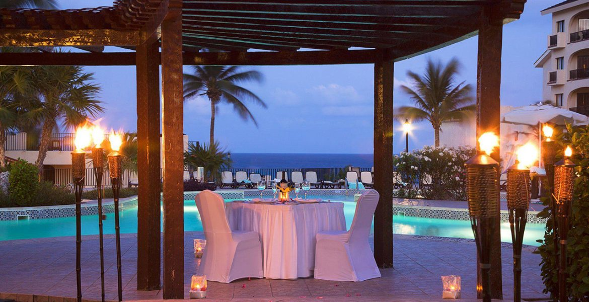 outside-dining-hotel-pool-white-table-cloth