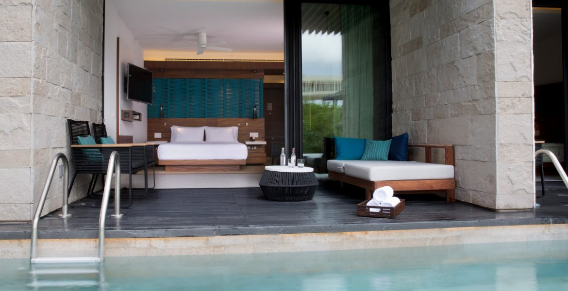 resort-room-right-on-pool