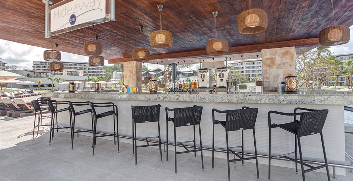 outside-bar-dining-black-high-chairs