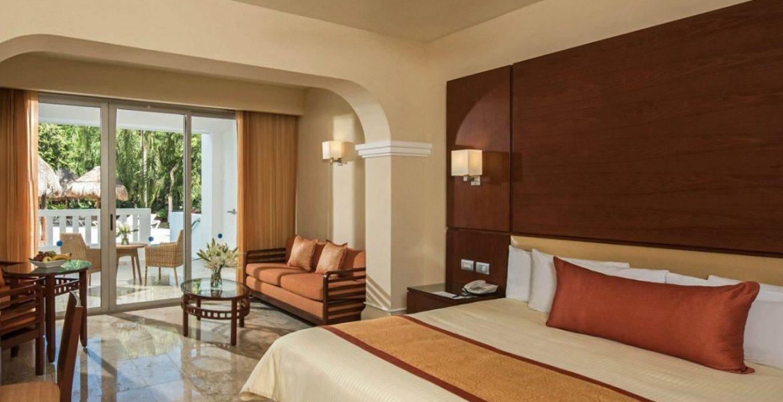 resort-suite-plush-bed