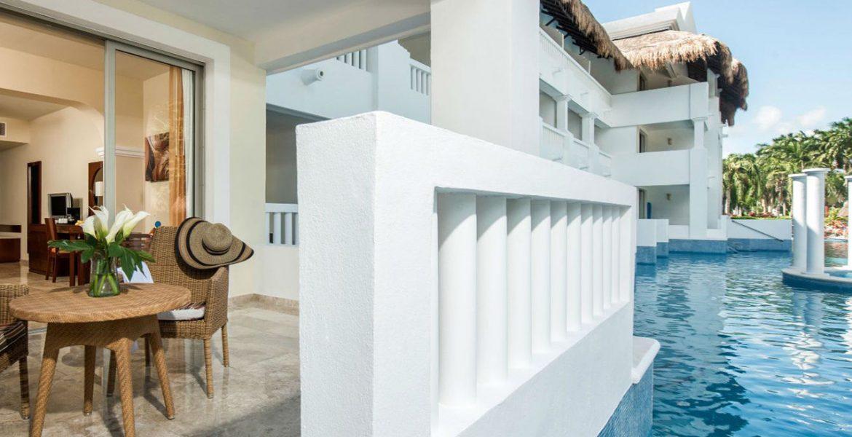 resort-swim-up-suite-blue-pool