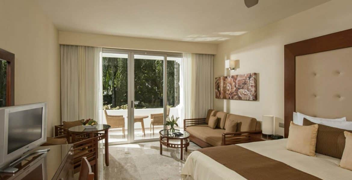 resort-suite-white-bed