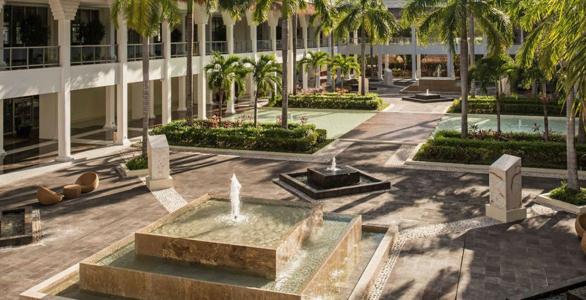 resort-courtyard-fountain-palm-trees