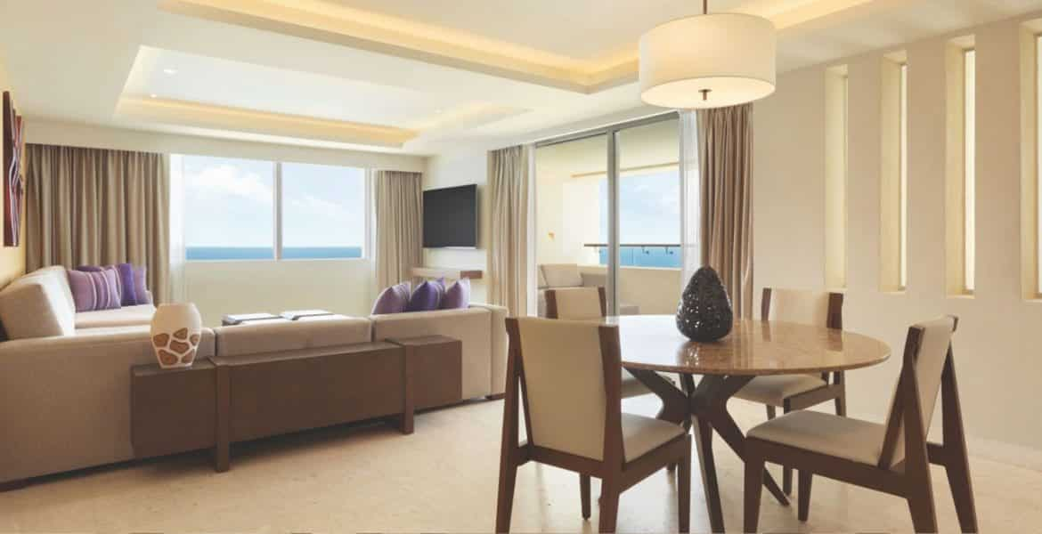 hotel-suite-dining-set-bed-tv
