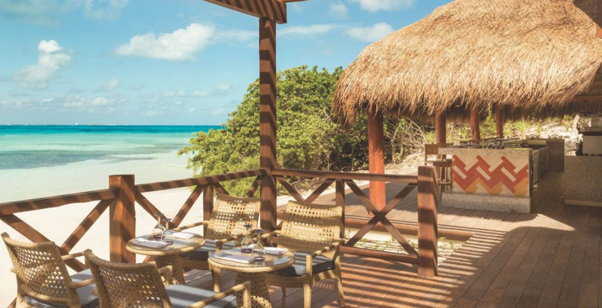 beachfront-dining-tiki-hut-on-beach-next