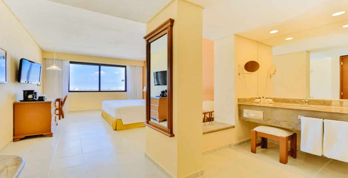 resort-suite-mirror-bed