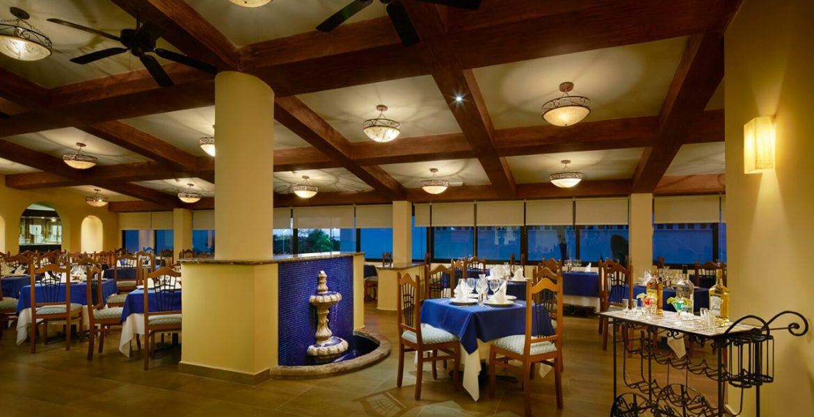 resort-dining-blue-wood-accents