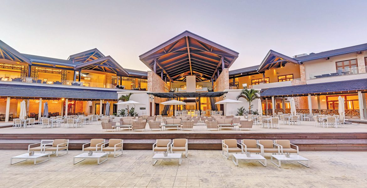 outside-dining-resort-pavilion