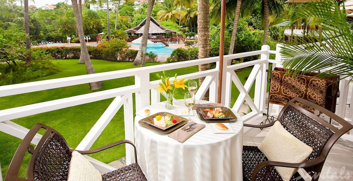 balcony-dining-overlooking-green-garden