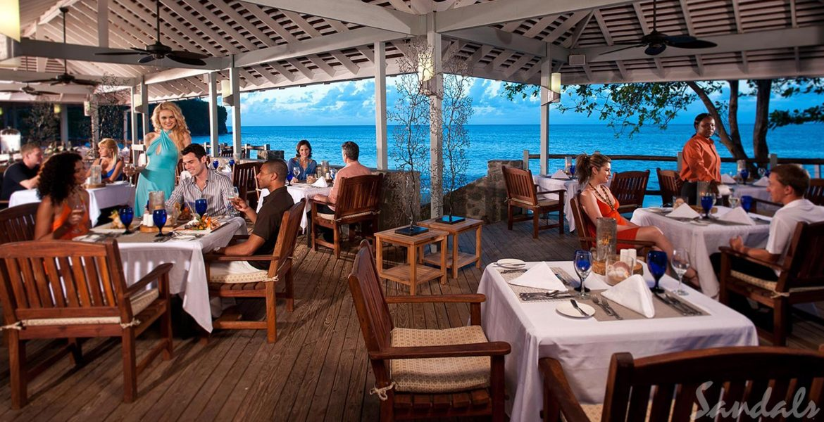 outside-dining-overlooking-ocean-couples-eating