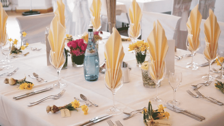 tropical-set-table-glasses-yellow-napkins