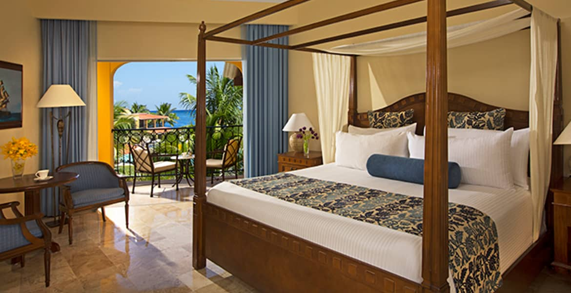 resort-suite-canopy-bed-ocean-view