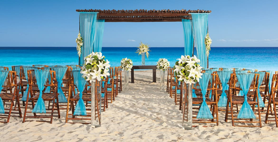 beach-wedding-setup-turquoise-accents-ocean-behind