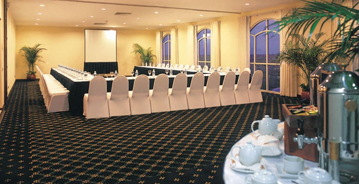 resort-meeting-event-room-white-chairs