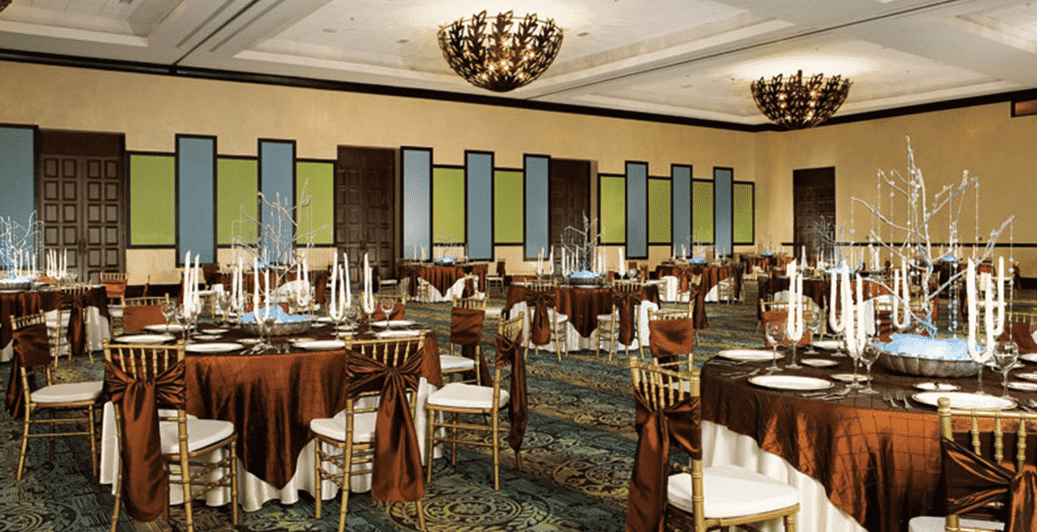 resort-dining-room-blue-green-wood-decor