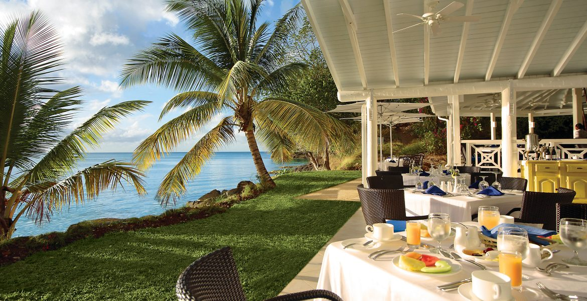 oceanfront-dining-palm-tree-blue-water-st-james-club-morgan-bay