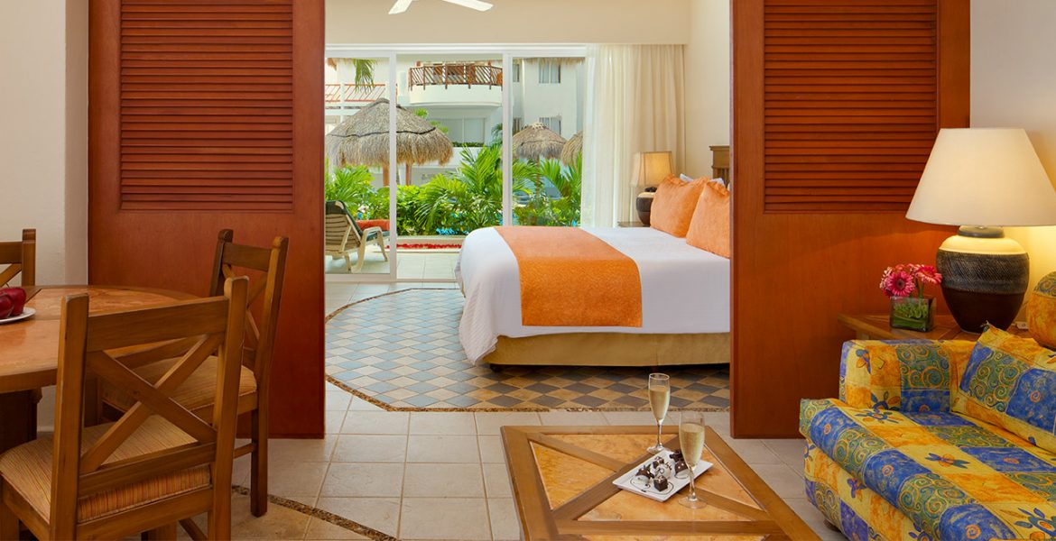 hotel-suite-orange-white-bedding