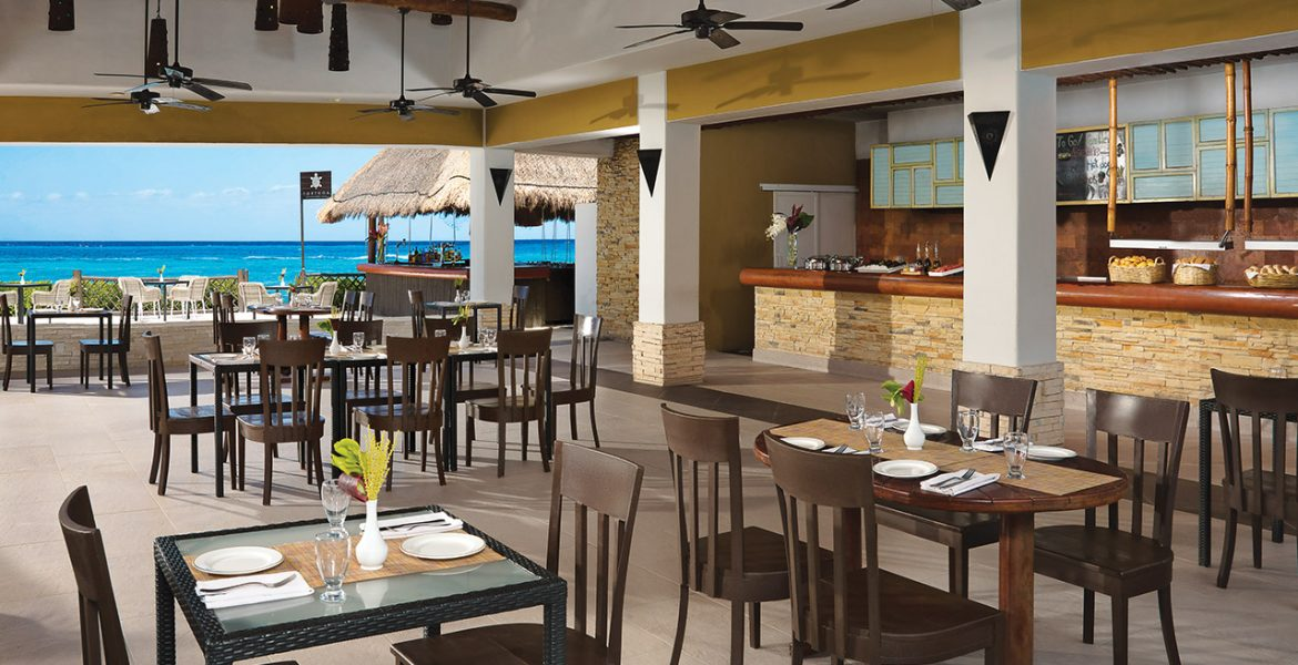 resort-al-fresco-dining-by-beach