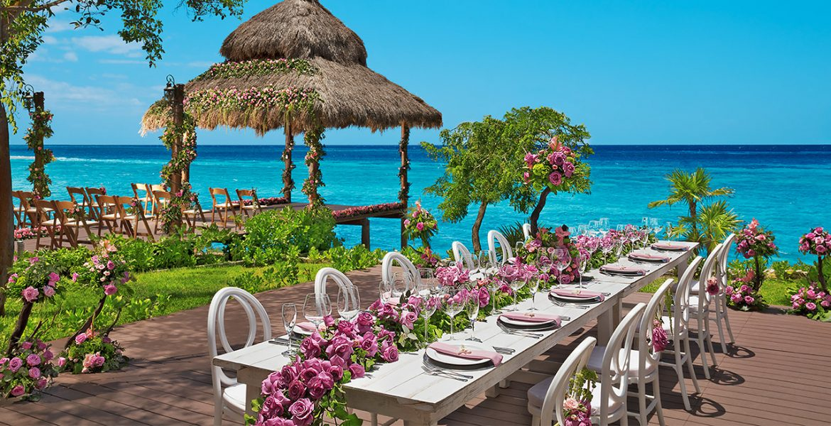 wedding-reception-dining-table-facing-ocean