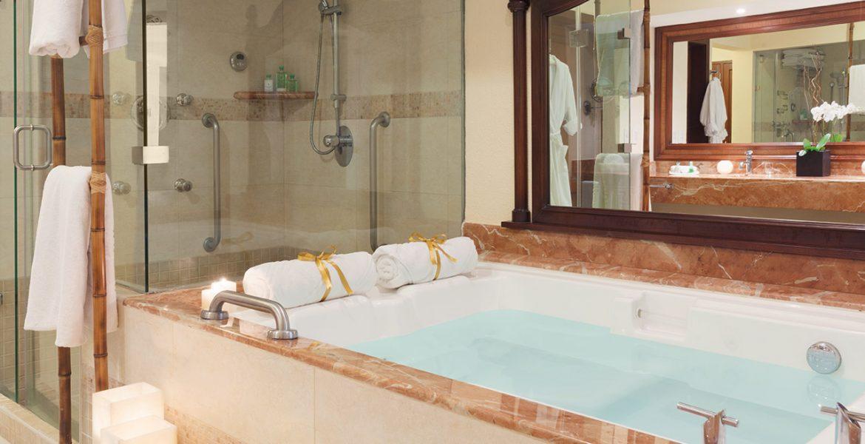resort-suite-tub-shower