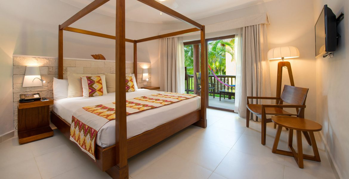resort-room-canopy-bed-yellow-accents