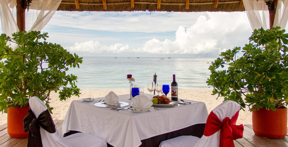 beachfront-dining-setup