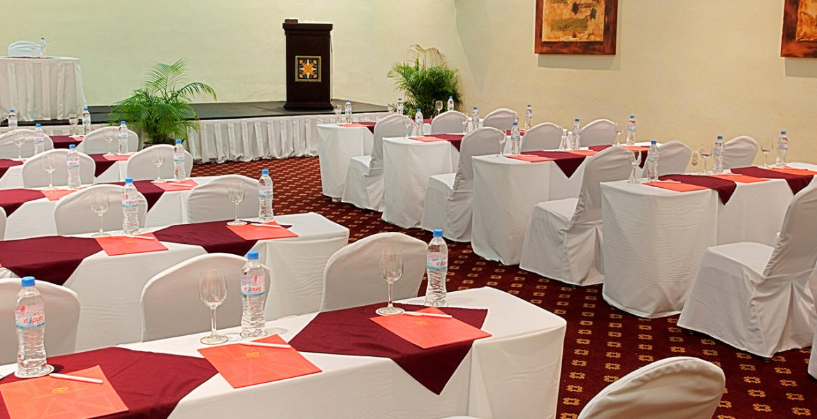 hotel-dining-white-table-cloths