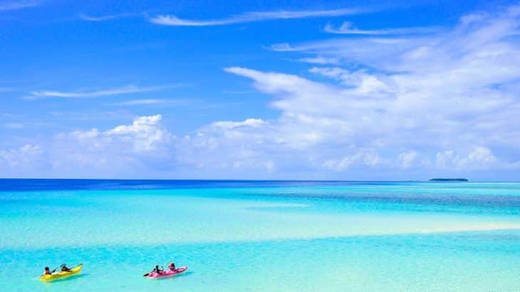 turquoise-water-two-kayaks-four-people