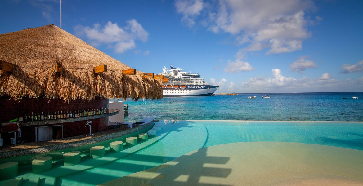 swim-up-pool-bar-right-on-the-ocean-cruise-ship-in-distance