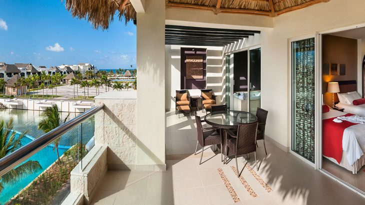 suite-balcony-pool-view-luxury