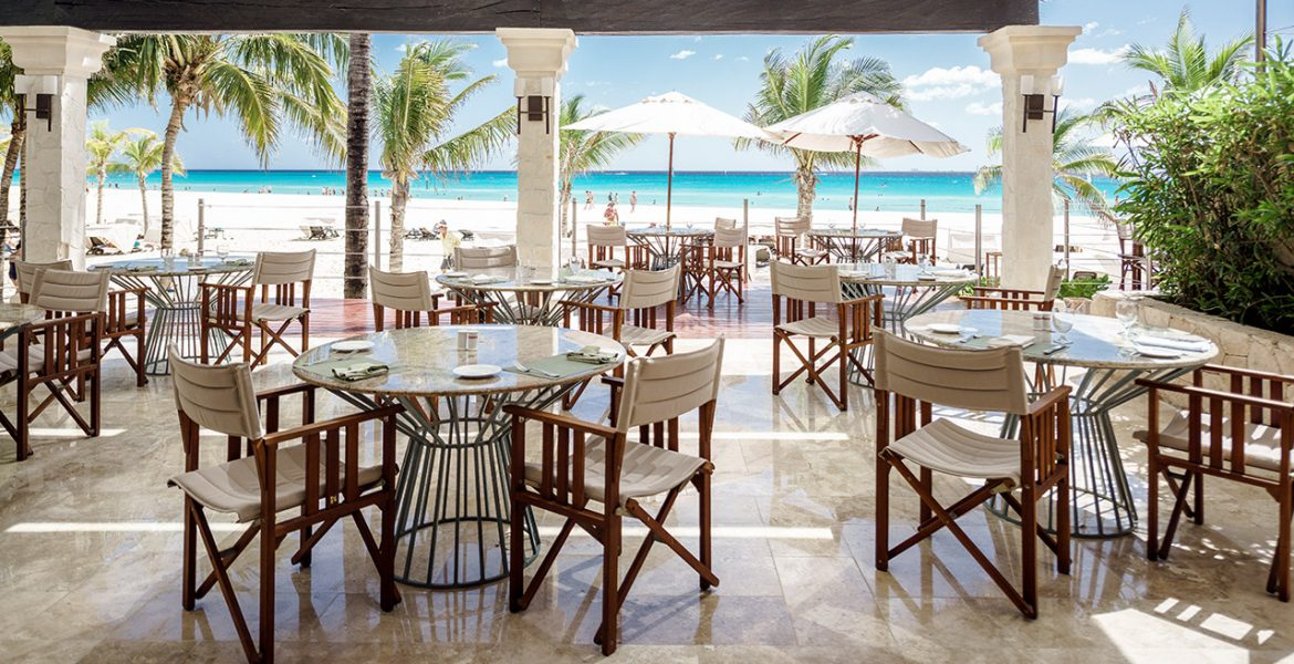 beachfront-dining-occidental-royal-hideaway-playacar-beach-resort