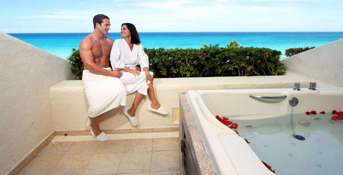 hot-tub-couple-Royal-Solaris-Cancún-All-Inclusive