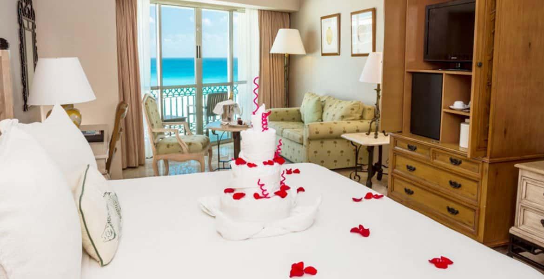 romantic-suite-sandos-cancun-lifestyle-resort