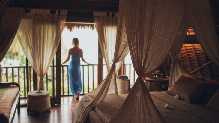 luxury-hotel-canopy-bed