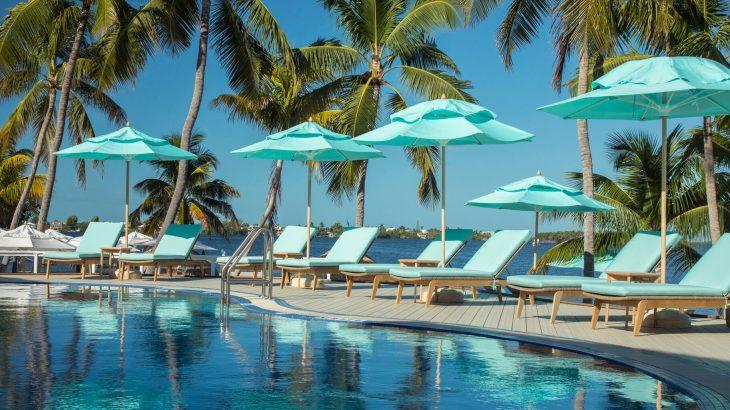 bungalows-key-largo-pool-blue-umbrellas