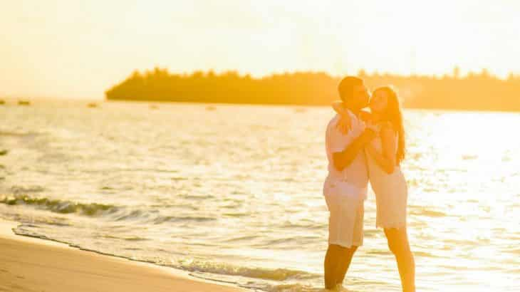 honeymoon-beach-hotels-in-cozumel-mexico-couple-sunset