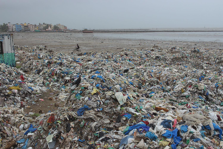 Trash ridden beach in Mumbai